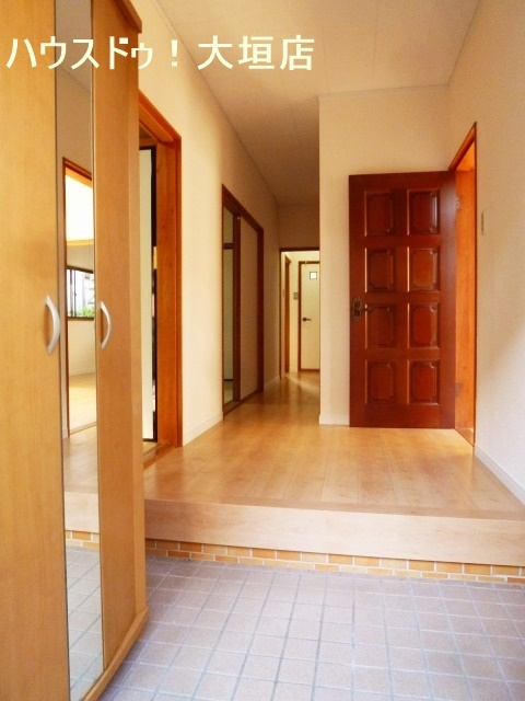 鏡付きのシューズボックスが備わり玄関はいつでもスッキリ。