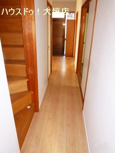 1階リビング、フローリング張替、全室クロス張替で明るい室内です。