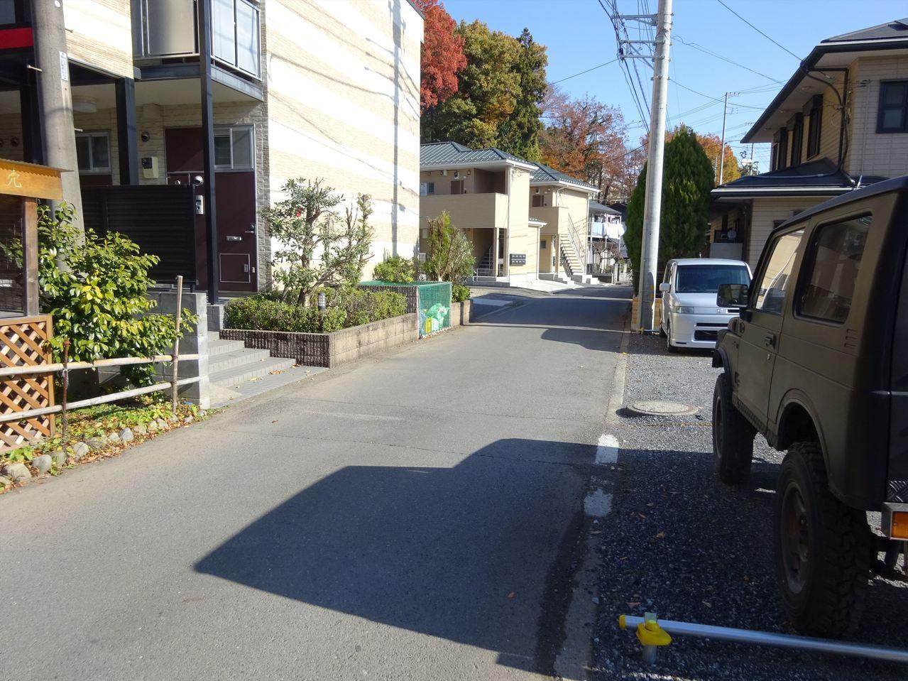 前面道路も広いですが車通り少なく静かです!!