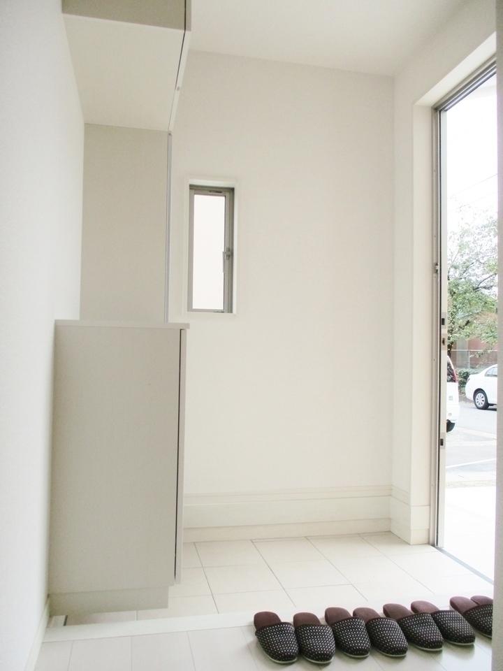 【同社施工例】ディンプルキー付きのおしゃれな玄関でお客様をお迎えできます