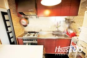 調理スペースが広めのシステムキッチン♪ お料理のときも食材や調理器具の置場に困りません♪
