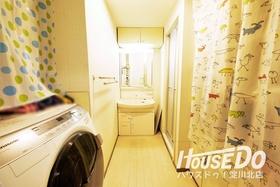 洗面所には収納棚もあり、タオルや洗剤、シャンプーなどのストックを収納することができます♪