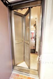 玄関ドアにルーバー式玄関網戸がついています。 風通しが確保され、季節を問わず快適な環境を維持できます。