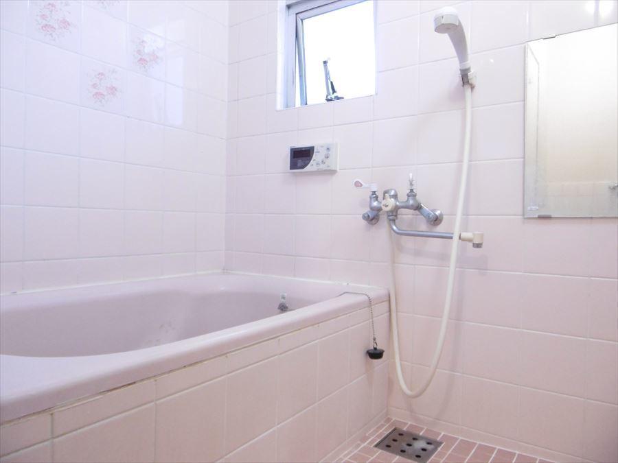 リフォームで自分だけの落ち着ける浴室にカスタマイズしませんか?浴室には小窓がついていますので、換気もできます。