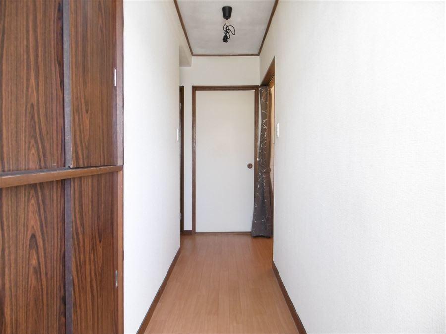 玄関を入ってLDKへと続く廊下です。左右の壁に好きな絵などをディスプレイするのも素敵ですね♪