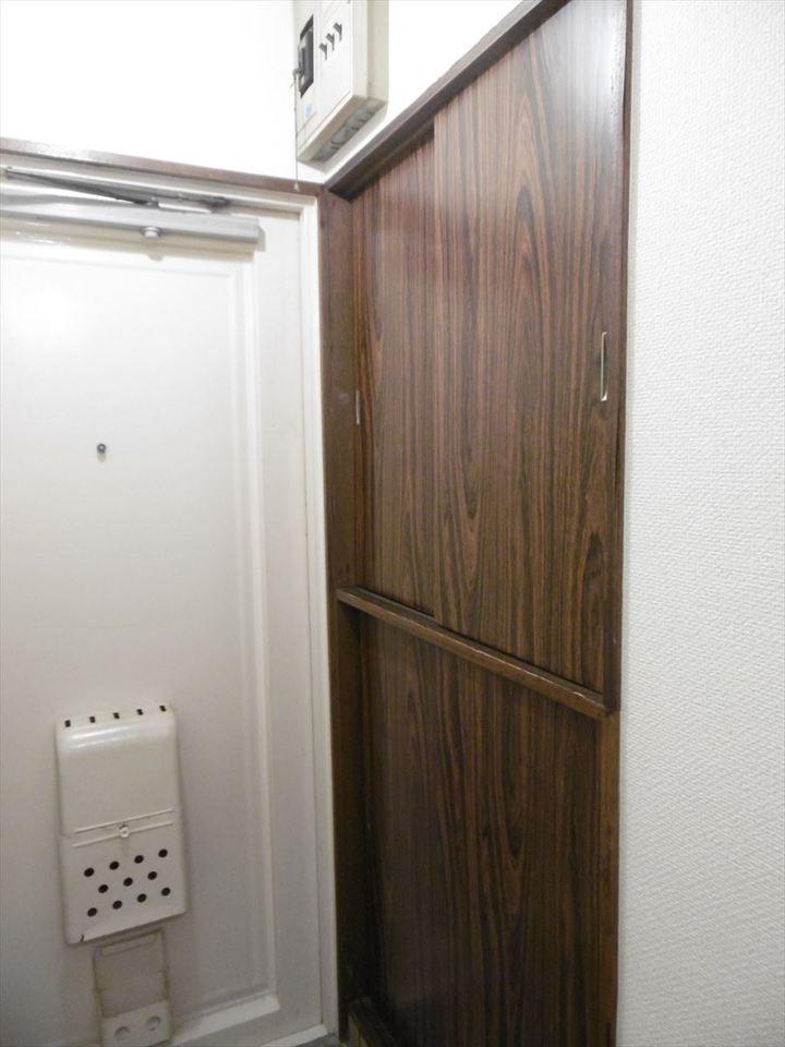 玄関収納は引き戸になっているので、扉を開いてぶつかることもなく、靴の出し入れができます。