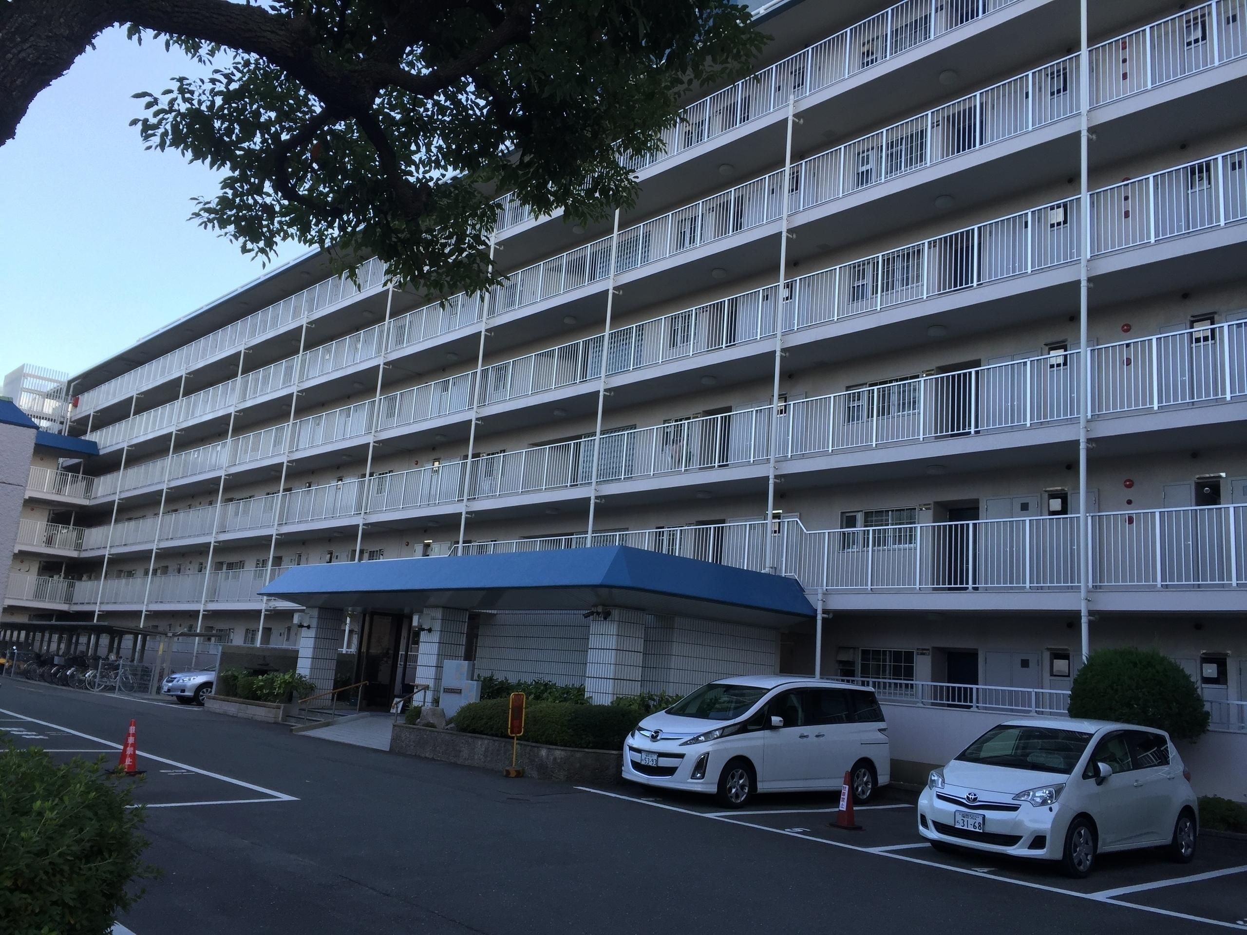 【外観写真】 107戸の大きなマンション 6階建て
