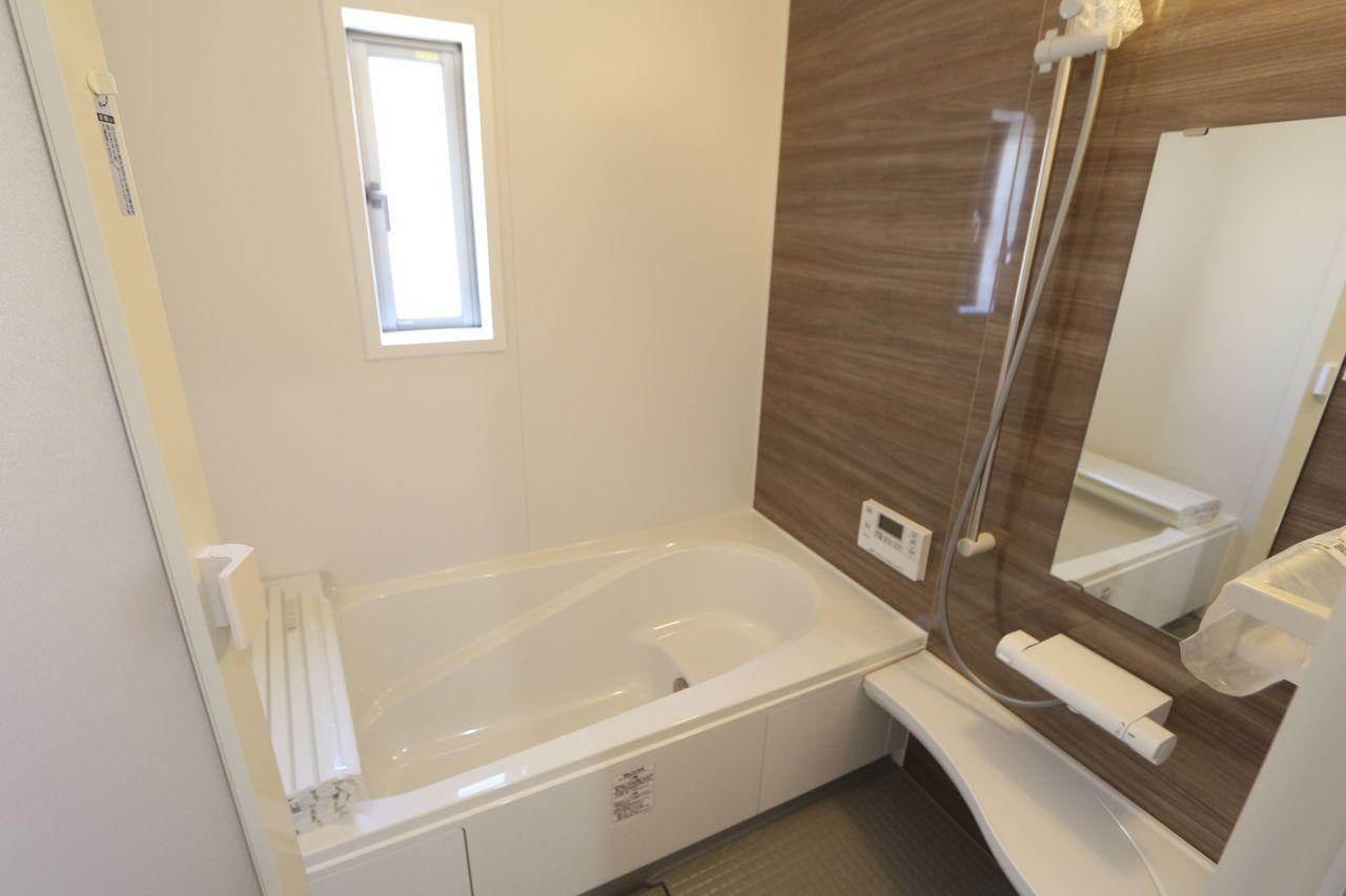 1坪サイズのゆったりした浴室で足を伸ばしておくつろぎ下さい♪ 浴室乾燥機付きで雨の日のお洗濯も安心です。 キッチンから、お湯はりや追い焚きの操作ができる 便利なオートバスです。 (同社施工例)