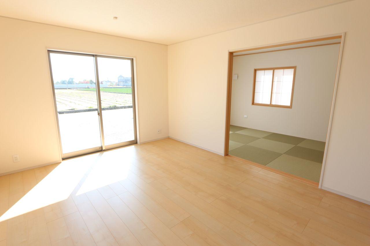 南向きの明るいリビングは和室と 合わせて22帖の大きな空間です。 (同社施工例)