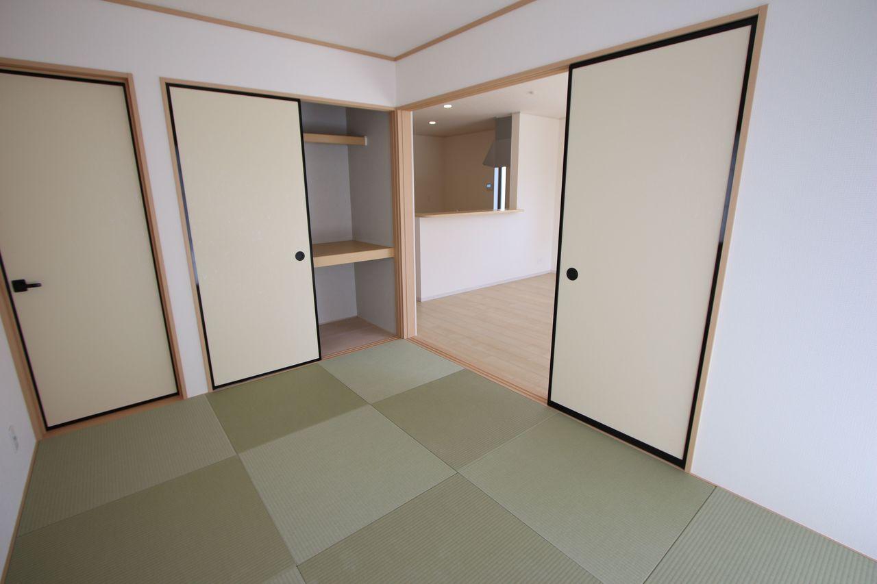 南向きの明るいリビングは和室と 合わせて21.5帖の大きな空間です。 (同社施工例)