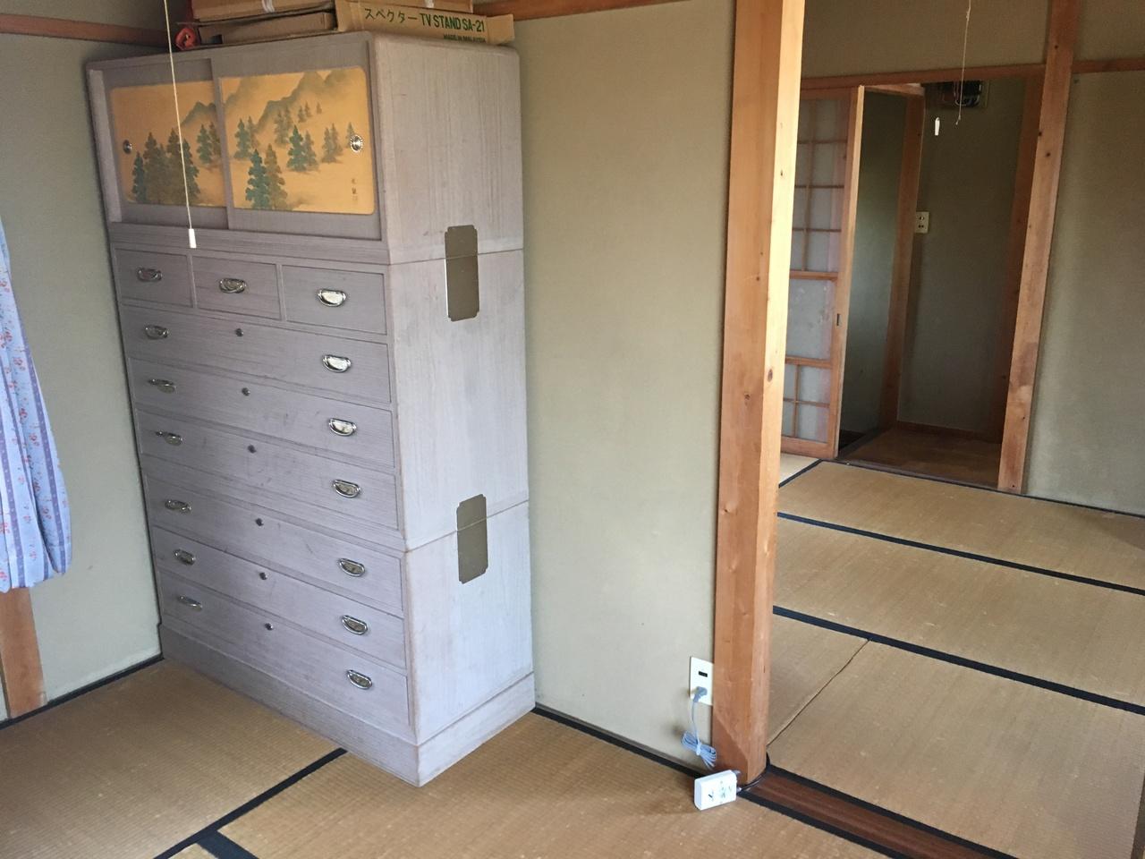 増築部分の和室です。写真に写りますタンスは撤去させて頂きます。