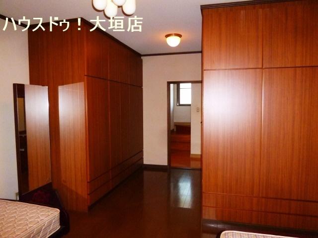 11帖の洋室はベッドを置いてもゆとりの広さ。