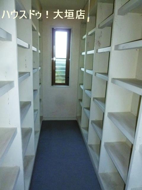 物置きや押入れなど適材適所に収納可能なお家です。