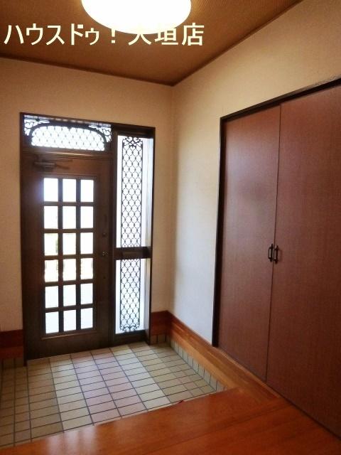 ドアからの光で明るい玄関まわり。