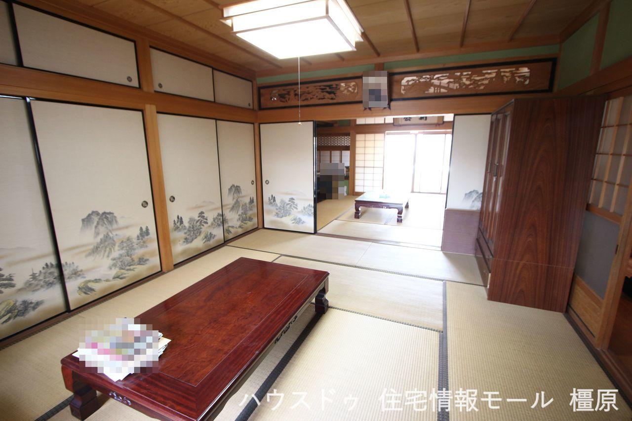 2間続きの和室は合わせて18帖の大きなお部屋。 欄間や天井の造りも本格的です。