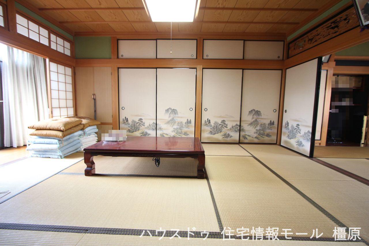 10帖の和室は壁一面に押入れがございます。 客間としても便利にお使い頂けますね。