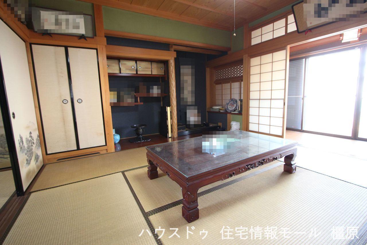 8帖和室は床の間と仏間をそなえております。 室内は大変丁寧にお使いです。