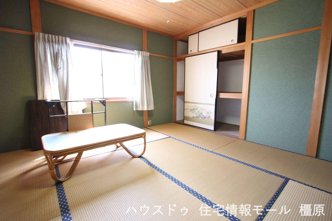 2階8帖和室にも押入れがあり、 寝室や客間として便利にご利用頂けます。