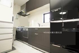 収納スペース豊富なシステムキッチン♪ 小窓付きでお料理中のにおいもこもりません♪ 天板にはインテリア性が高く肌なじみの良い人造大理石を使用しています。