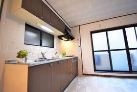 キッチンの横にはバルコニーに繋がる窓があります。 空気の入替も簡単ですね♪