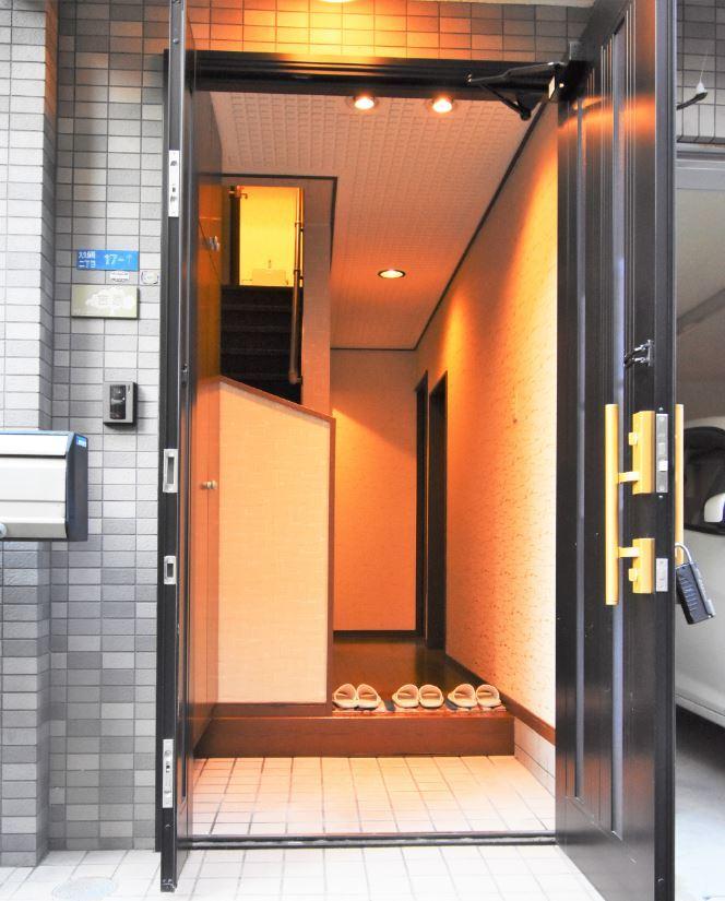 【玄関】 玄関に入ると温かみのある照明が出迎えてくれます