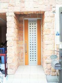 北欧風のレンガの玄関。 帰宅が楽しみになりそうですね!