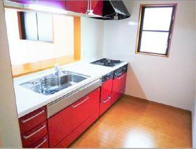 赤を基調としたキッチン 食器洗浄機付 ガスコンロ3つあり