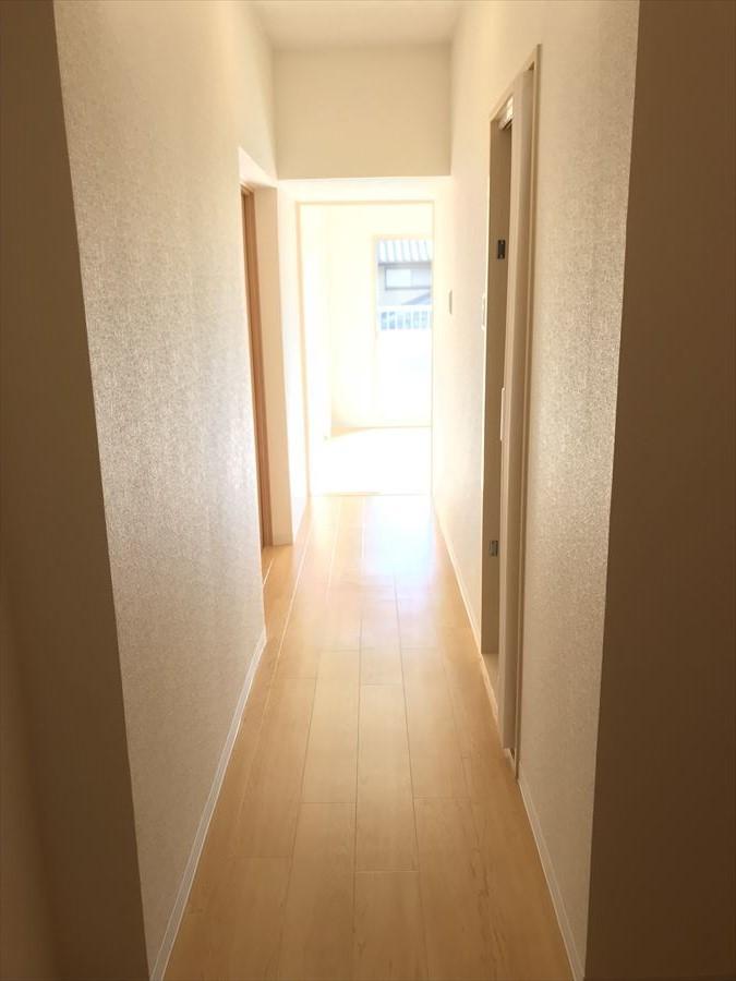 南面からの光が廊下を通り、玄関にまで届きます!