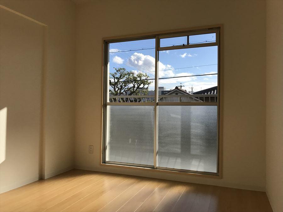 南側6帖の洋室は日当りも良好!バルコニーへ出ることもできます。