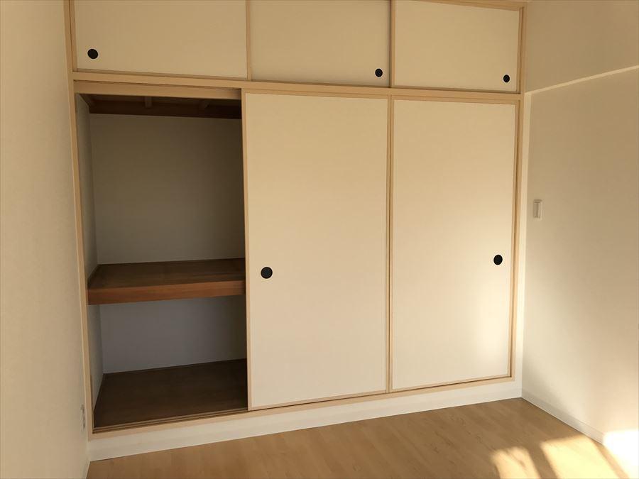 南側6帖の洋室には収納も完備。