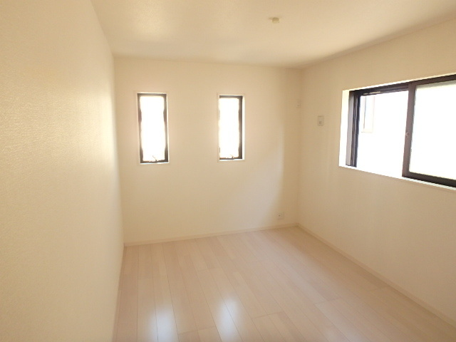 東側、約6.5帖の洋室 全てのお部屋が2面以上の採光です。