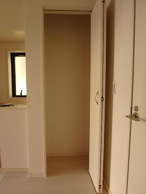 玄関横にある収納は掃除機などの大きなものも収納できます。