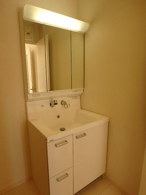大きな鏡の洗面化粧台
