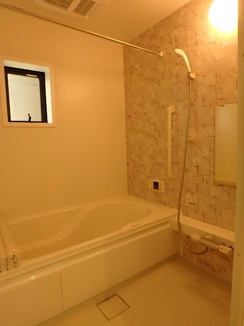 落ち着いた雰囲気の浴室 換気窓があるので梅雨時もしっかり換気できます。