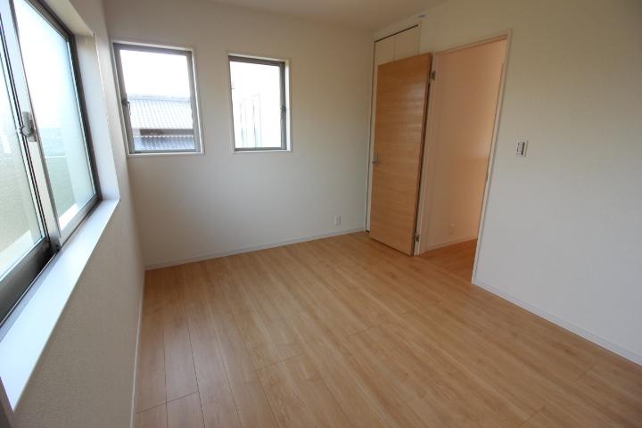 全居室2面採光、収納あり。