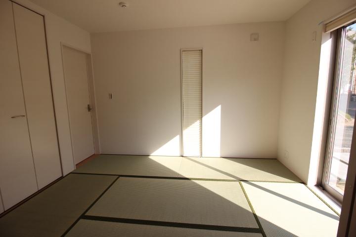リビングに隣接する6帖の和室。 客間やキッズスペースとしての利用もできますね。