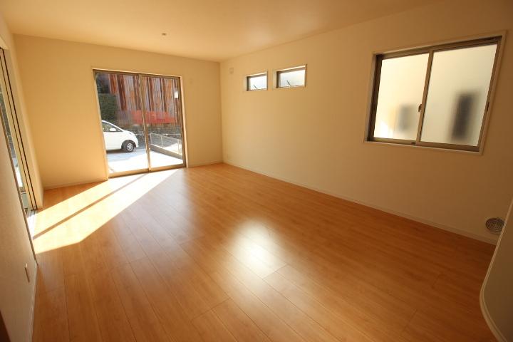 16.75帖のリビング。 ナチュラルなお色の床材が暖かさを演出。