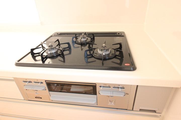 システムキッチン・ガスコンロ 3口ガスコンロは、全てに温度センサーも ついているので安心です。