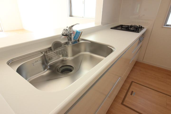 システムキッチン・シンク ジャンボシンクは、静音仕様 大きめのお鍋も洗いやすい形状です。 浄水器付きのシャワー混合水栓採用
