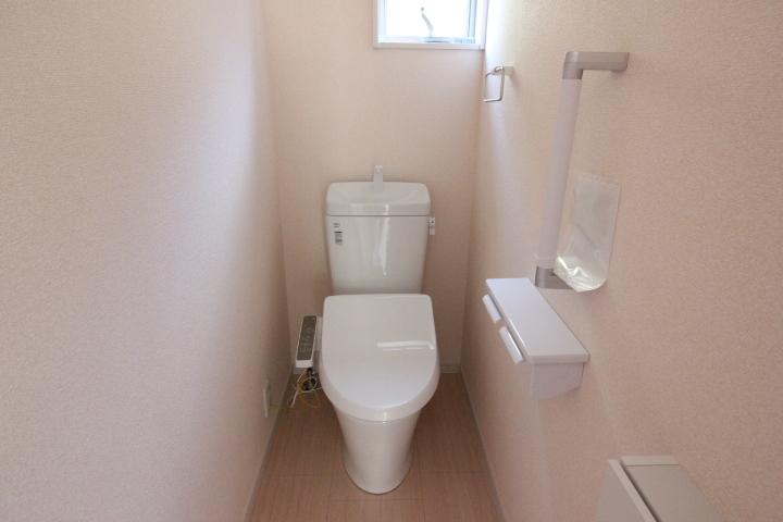 温水洗浄便座つきトイレ。 トイレは1階2階にございます。