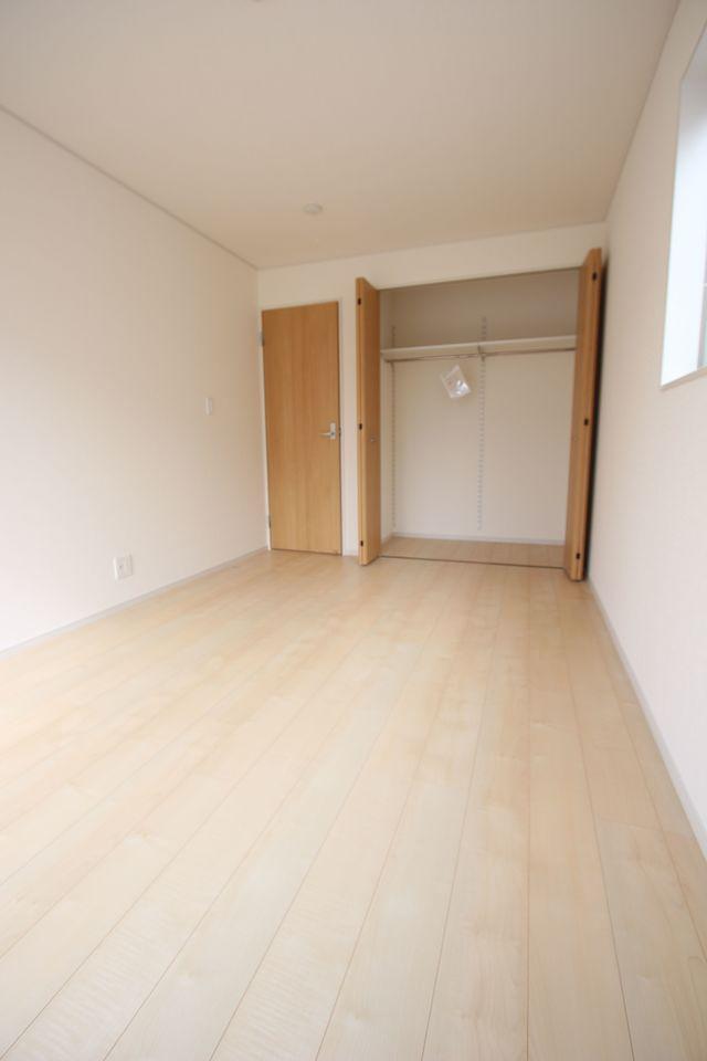 2階洋室には全てクローゼットを設置しております。 沢山の衣類や小物もすっきり収納可能です。