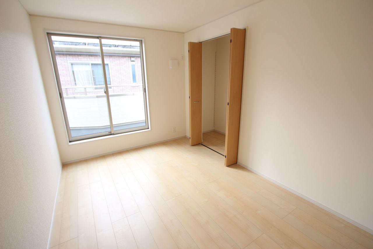 2階洋室は全てフローリング貼でお掃除楽々です。 全室南向きで明るさも確保しております