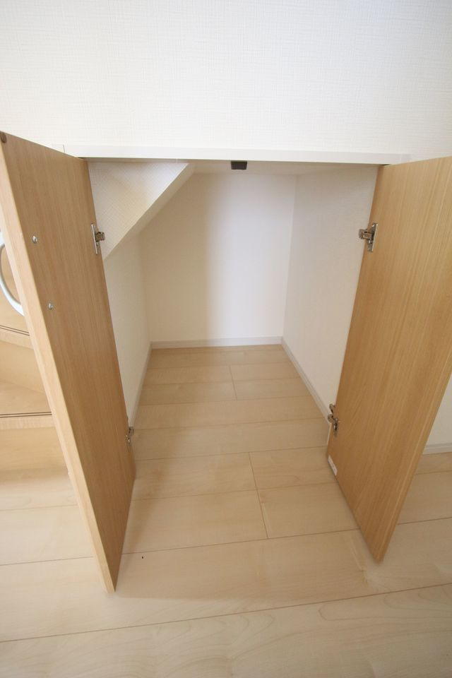 1階階段下を利用した収納スペース。 わずかな空間も無駄にしません!