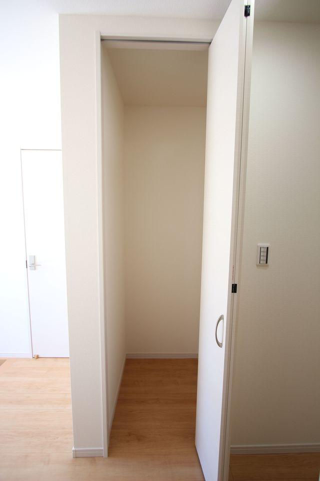 建売住宅で8帖の和室はなかなかございません! 押入れもあり、寝室や客間としても 便利に活用できますね。 (同仕様)