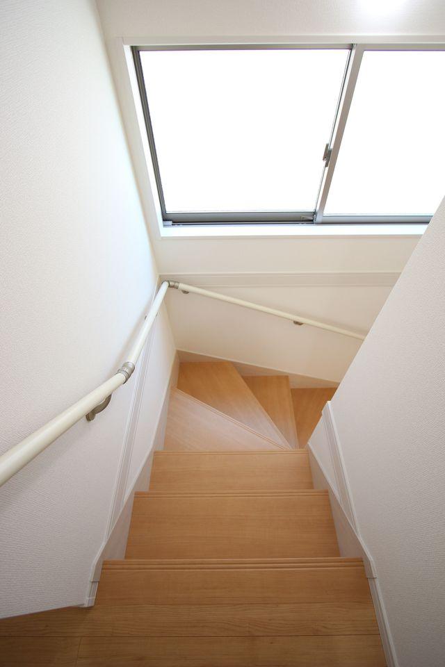 2階洋室は全てフローリング貼でお掃除楽々です。 全室2面採光で明るさも確保しております。 (同仕様)