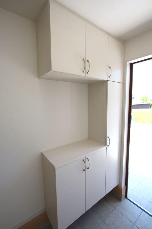 1階廊下にも収納を設置しました。 少しのスペースでも有効活用!! (同仕様)