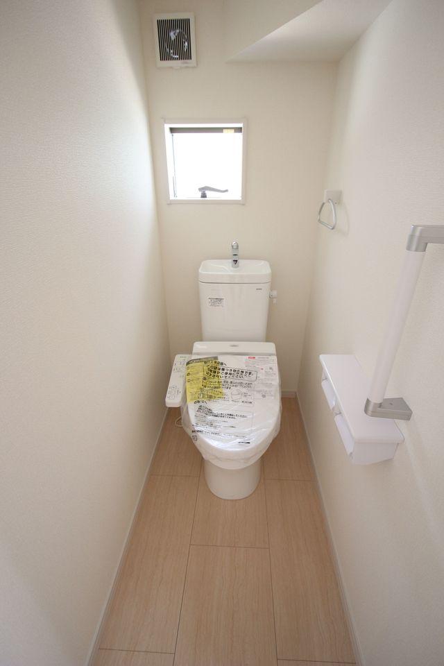 1坪サイズのゆったりした浴室で足を伸ばしておくつろぎ下さい♪ 浴室乾燥機付きで雨の日のお洗濯も安心です。 キッチンから、お湯はりや追い焚きの操作ができる 便利なオートバスです。 (同仕様)