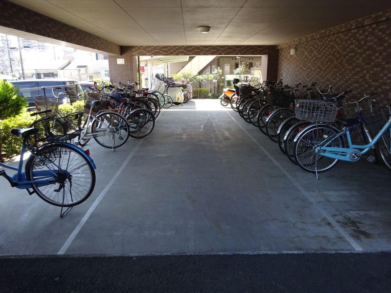 屋根付の駐輪場は電気自転車を置いても安心です。