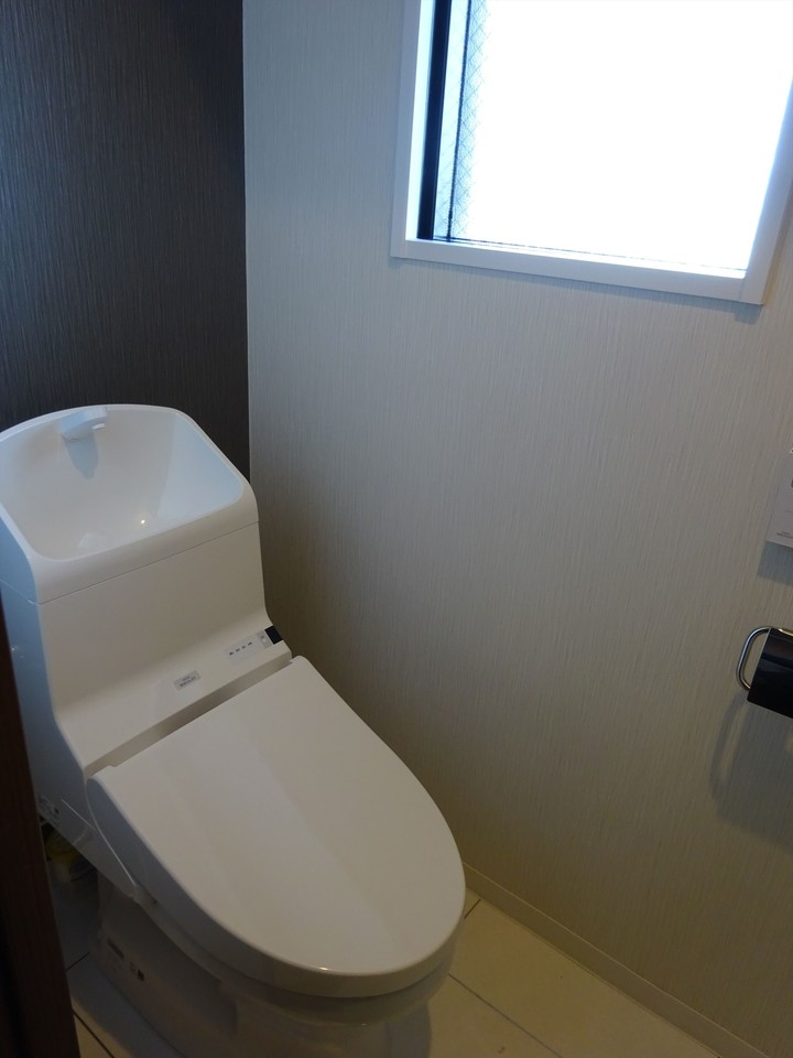 大きな窓のある清潔感のあるトイレです。