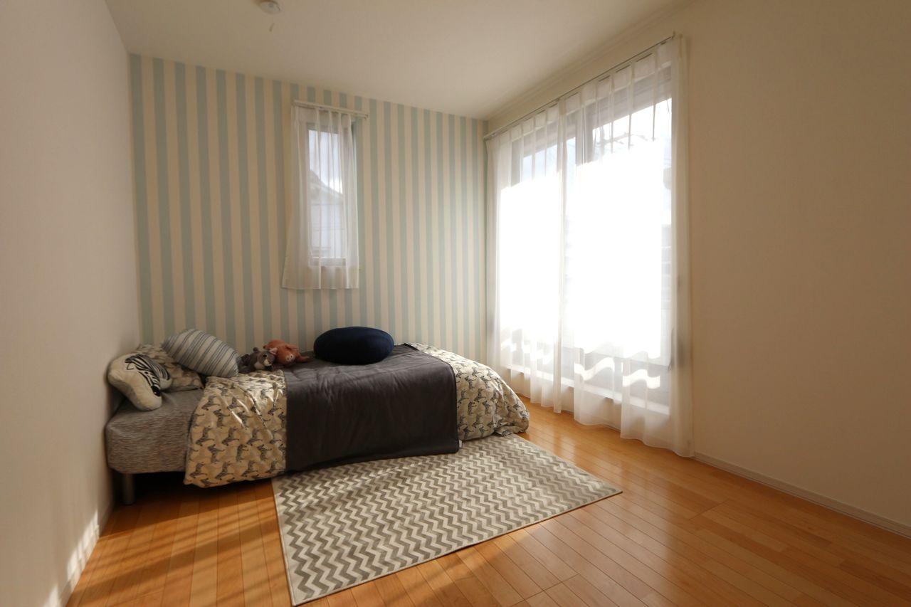 5.9帖の洋室はお子様部屋にぴったり♪ アクセントクロスを採用し、可愛らしい 印象になりました。 ベランダに面しておりさわやかな 風が入ります。